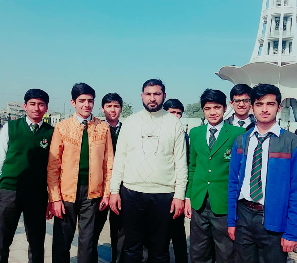 sahiwal board topper with his teacher and class fellows