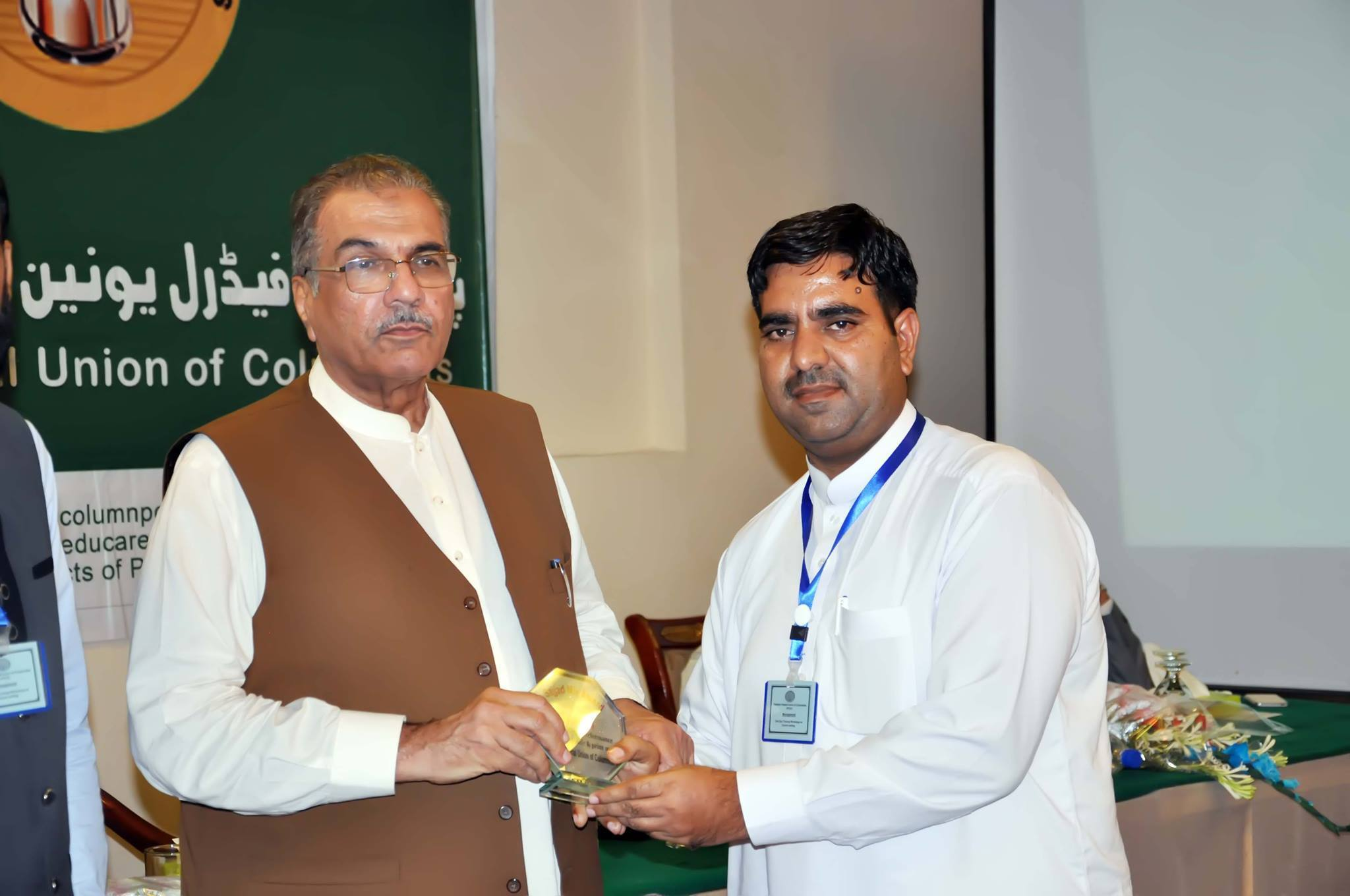 qasim ali recieved best columnist award from mujeeb ul rehman shami