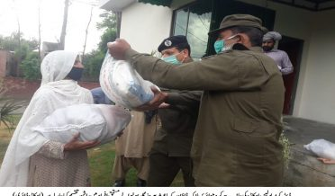 okara police distribute Rashan in poor peaople dur to cronavirus lock down,Okara Diary